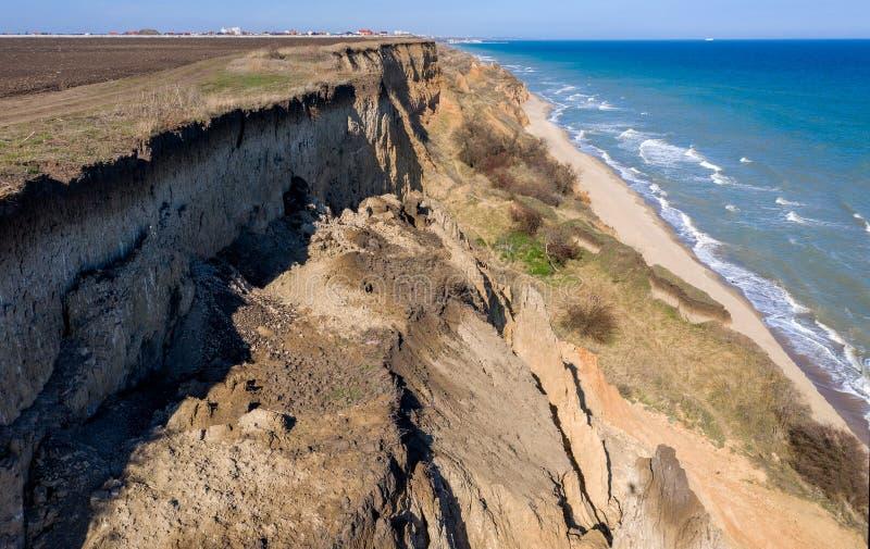 山山崩在一个环境危险区域 在地面,土大层下降的大裂缝  致命的危险在 库存图片