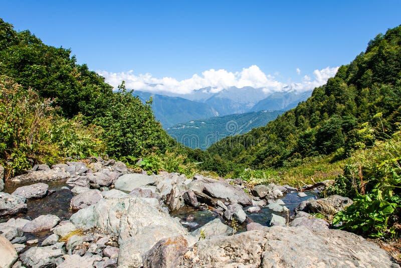 山山风景在背景,高加索中冠上 库存图片