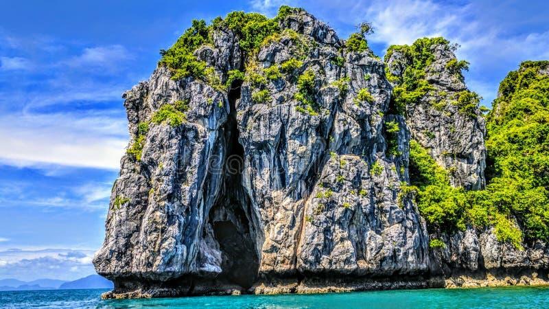 山岩石热带海岛风景 免版税库存照片