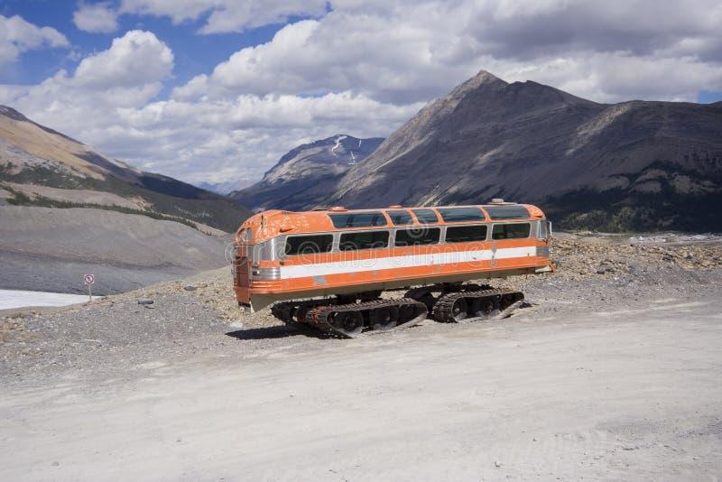 山岩石雪上电车葡萄酒 库存照片