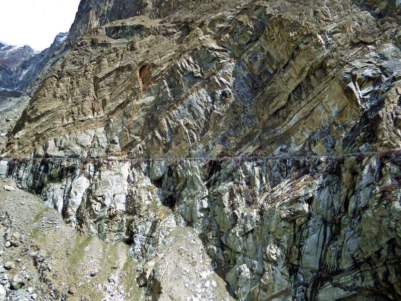 山峭壁和渠道走在prestine Hunza谷,喀喇昆仑山脉高速公路,巴基斯坦边缘  免版税库存照片