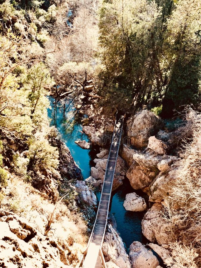 山峭壁桥梁和河 免版税库存照片