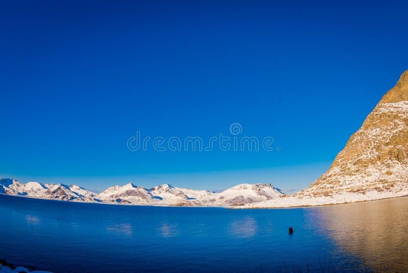 山峰和反射令人惊讶的风景看法在水中在Lofoten海岛上在挪威 图库摄影