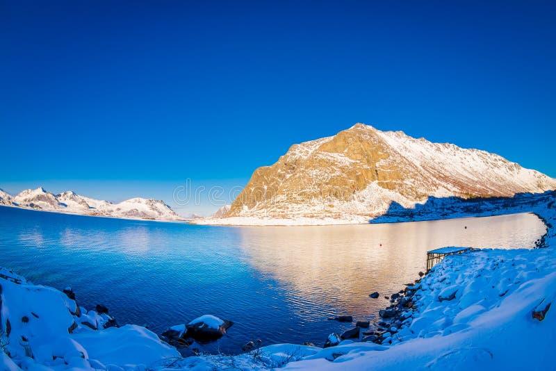 山峰和反射令人惊讶的风景看法在水中在Lofoten海岛上在挪威 免版税图库摄影