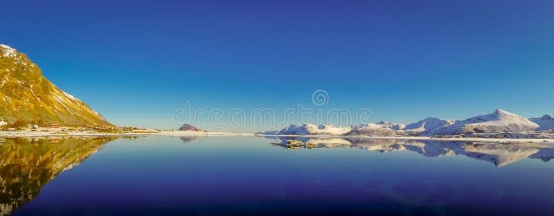 山峰和反射华美的全景在水中在Lofoten海岛上在挪威 图库摄影