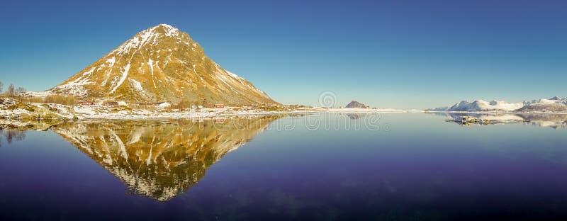 山峰和反射华美的全景在水中在Lofoten海岛上在挪威 免版税库存照片