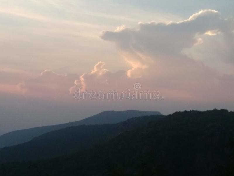 山峰和谷 免版税库存图片