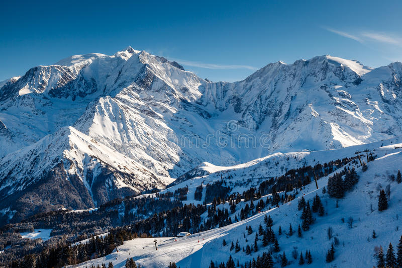 山峰和滑雪倾斜在Megeve附近在法国阿尔卑斯 库存照片