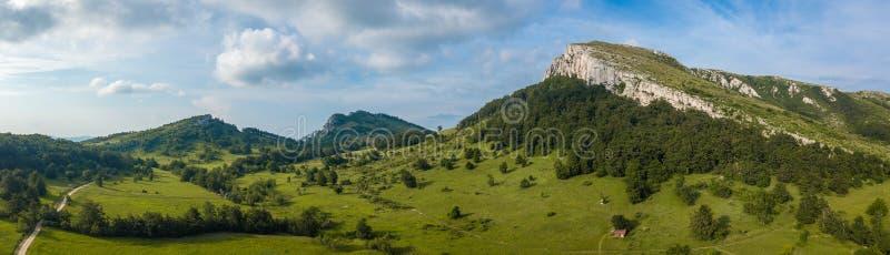 山峰的风景全景在春天 免版税库存照片
