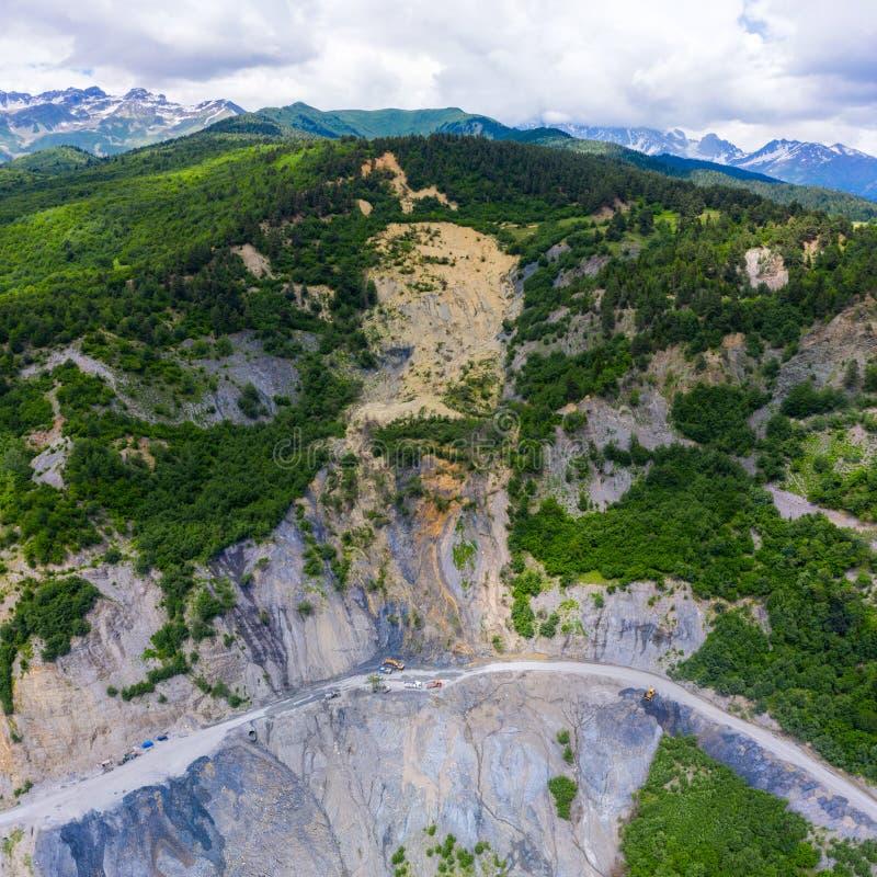 山崩的令人惊讶的看法在山路的 从Mestia的路到祖格迪迪由rockfall阻拦 ? 图库摄影
