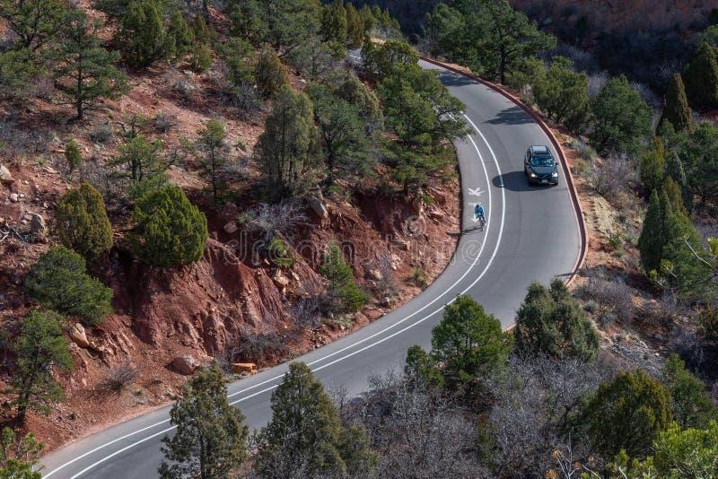 山弯曲的高速公路路的旅客 免版税图库摄影