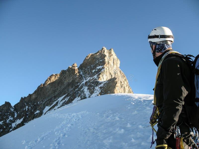 山往山顶和一个高山顶的上升路线的指南神色在策马特附近的瑞士阿尔卑斯 库存照片