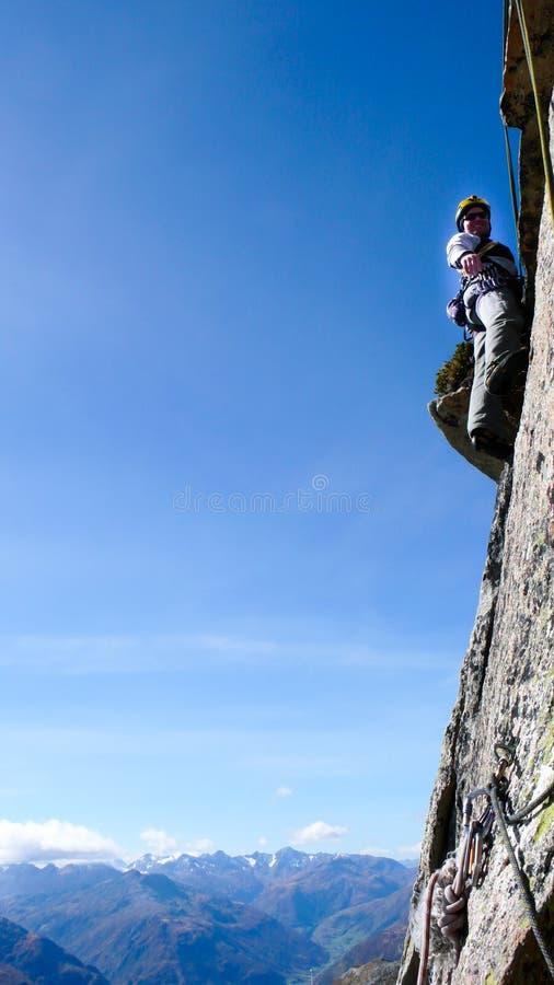 山指南一条陡峭的花岗岩路线的攀岩运动员在瑞士的阿尔卑斯在一美好的天 库存照片