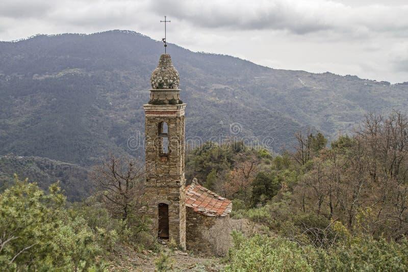 山教会在亚平宁山脉 免版税库存图片