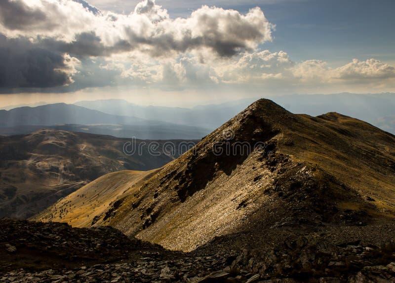 山旁边被日光照射了在太阳光芒之前在比利牛斯 图库摄影
