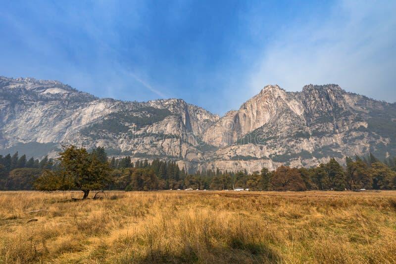 山景在优胜美地国家公园在秋天 库存照片
