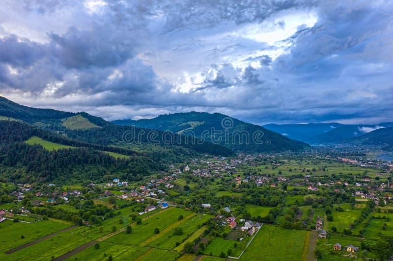 山村空中风景在喀尔巴汗 免版税库存照片