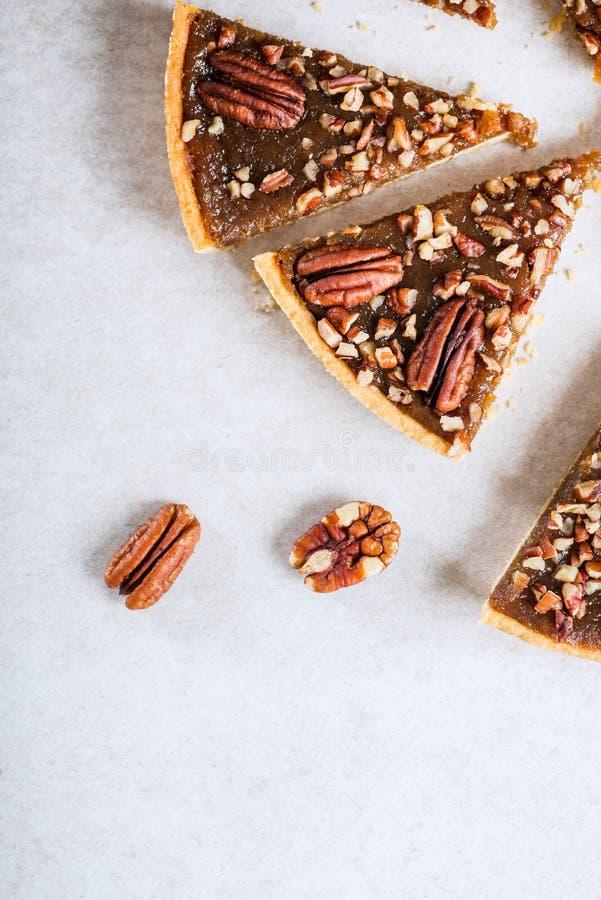 山核桃饼,做由黄油丰富了酥皮点心用糖浆、槭树调味汁和面包渣 免版税库存照片