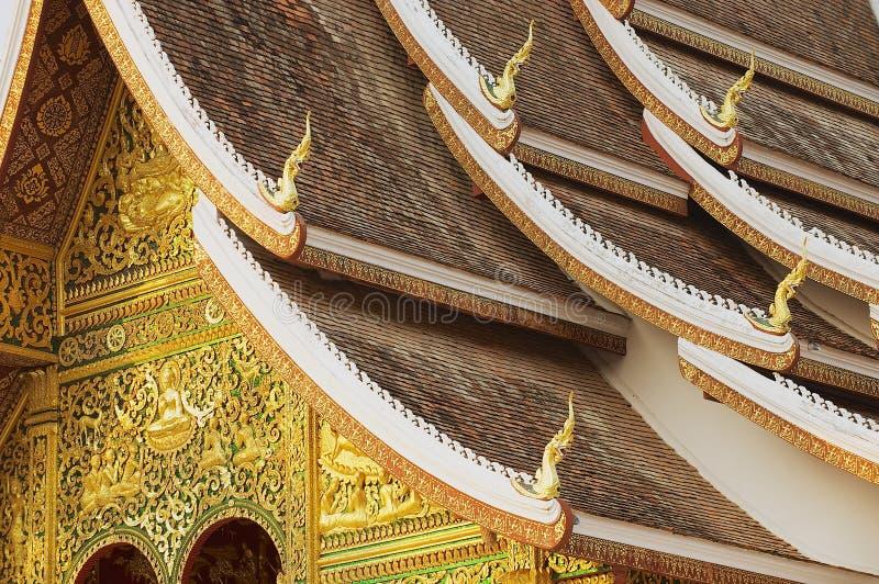 山楂Pha的门面和屋顶装饰猛击佛教寺庙在皇家故宫博物院在琅勃拉邦,老挝 免版税库存照片