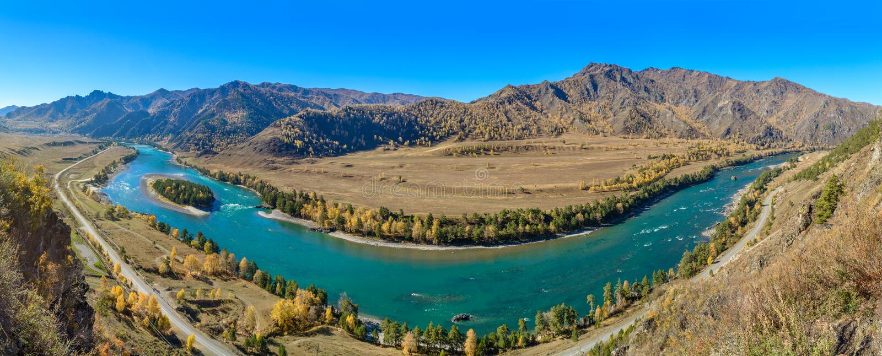 山河和山的全景 免版税图库摄影