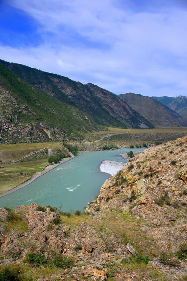 山河的看法从小山的顶端 Katun,阿尔泰,西伯利亚,俄罗斯 ?? 库存照片