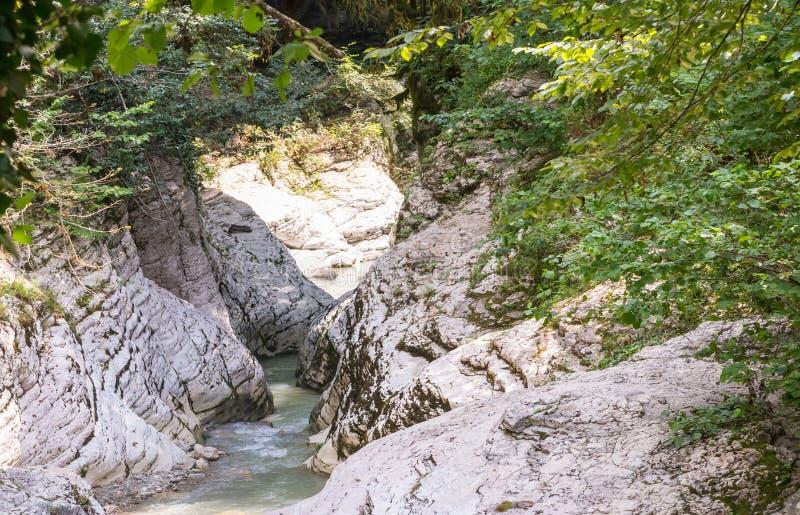 山河的看法在大灰色石头被盖的wi中斋戒 图库摄影