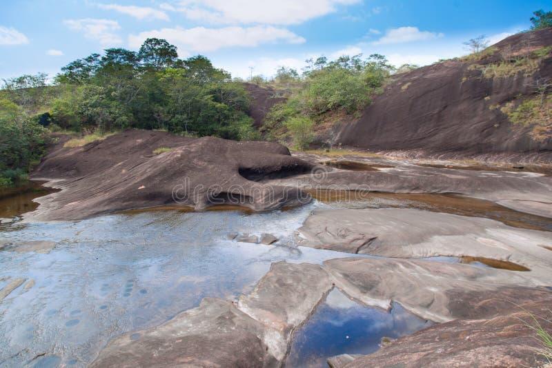 从山流动下来的瀑布。 免版税图库摄影