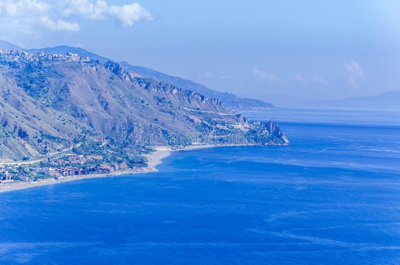 山海岸和西西里人的海滩在taormina附近 免版税库存照片