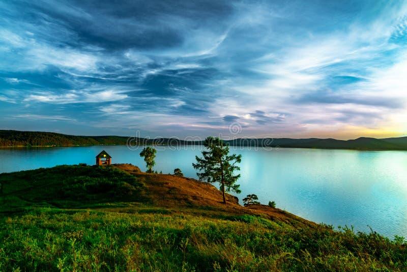 山湖与避暑别墅的Turgoyak俄罗斯的美好的风景视图 库存图片