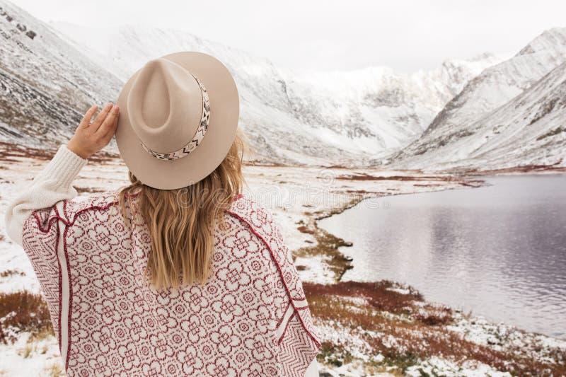 山湖的背景的妇女旅客 免版税图库摄影
