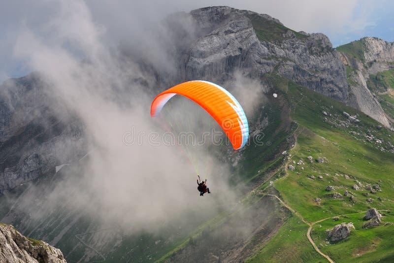 山滑翔伞pilatus瑞士 免版税库存图片