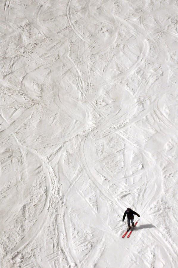 山滑雪者,乘坐从山 库存图片