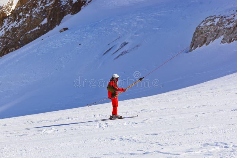 山滑雪胜地的因斯布鲁克-奥地利滑雪者 免版税库存照片