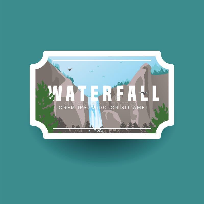 山瀑布和绿色森林风景 在狂放的山和森林自然风景的瀑布小瀑布 荒地 库存例证