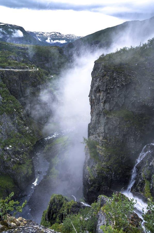 山瀑布在森林挪威里 远足背景 库存照片