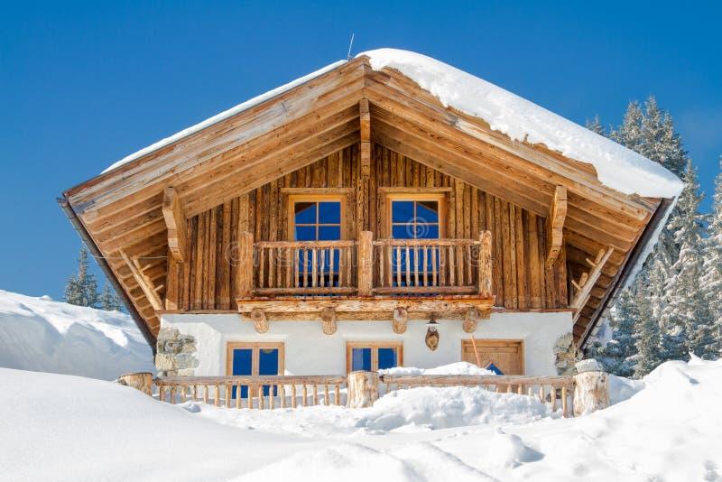 山瑞士山中的牧人小屋在阿尔卑斯在冬天 库存照片