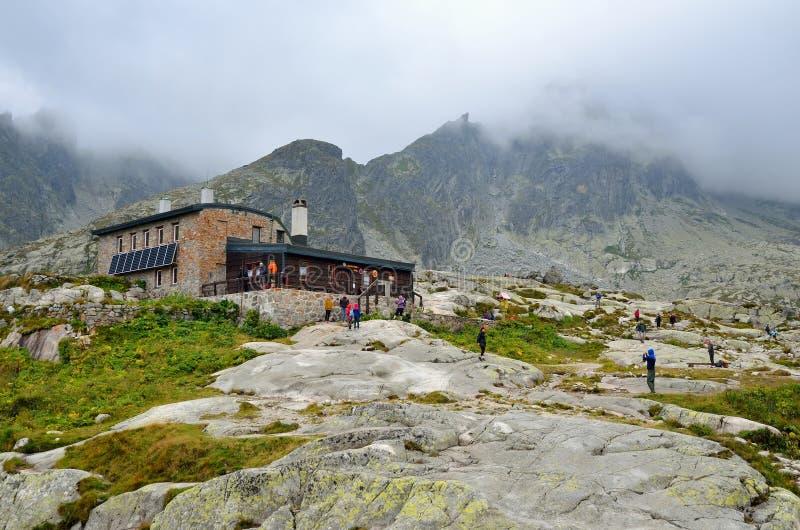 山瑞士山中的牧人小屋 免版税图库摄影