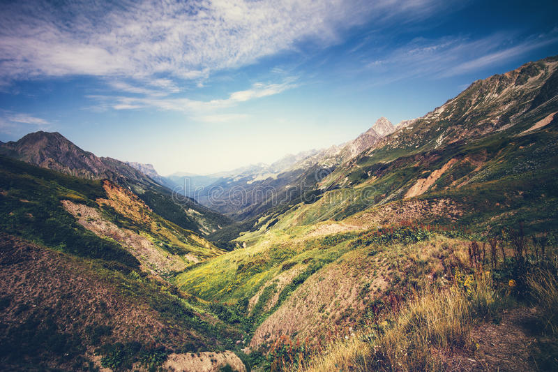 山田园诗风景在有蓝天的阿布哈兹 免版税图库摄影