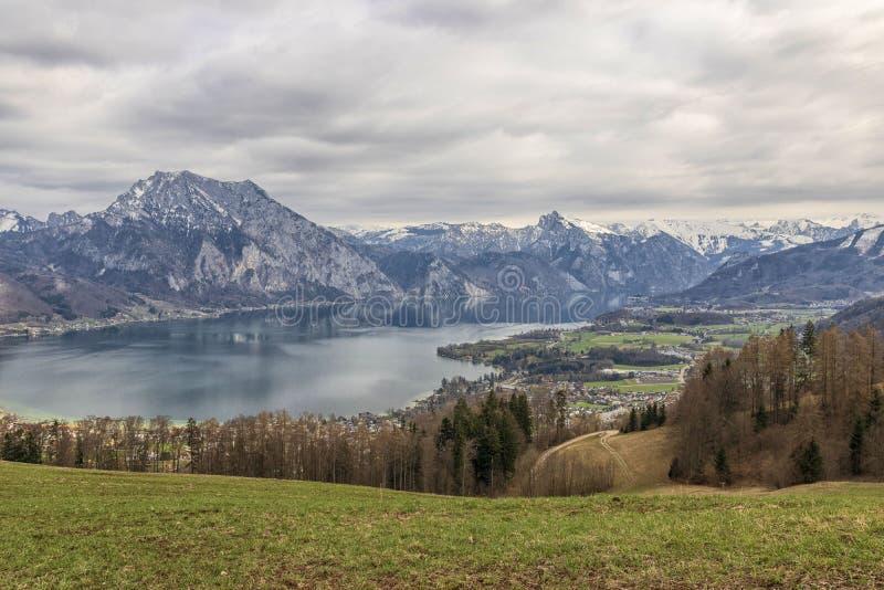 山的一个美丽的湖 免版税库存图片