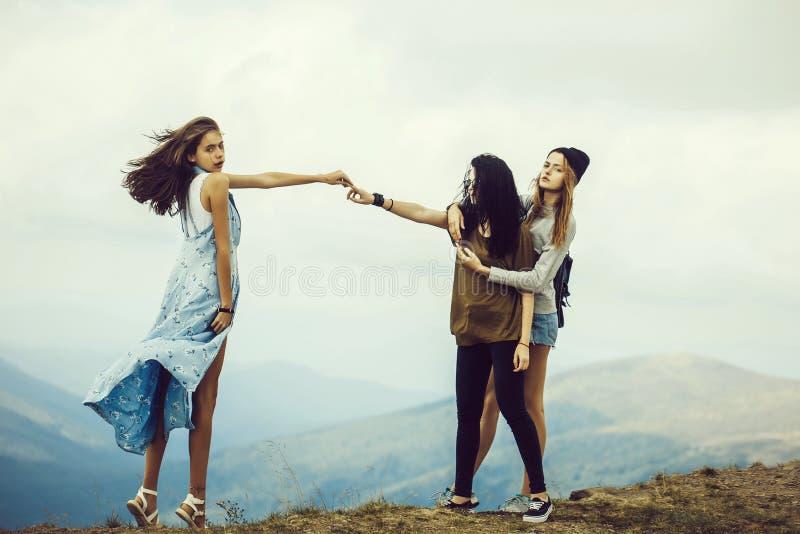 山的三个俏丽的女孩 图库摄影
