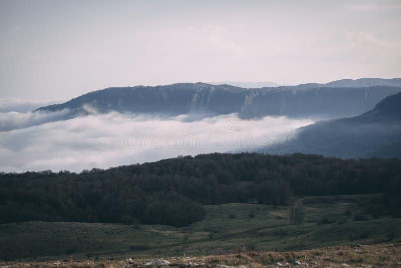 山的上面在云彩的在高原在克里米亚 图库摄影