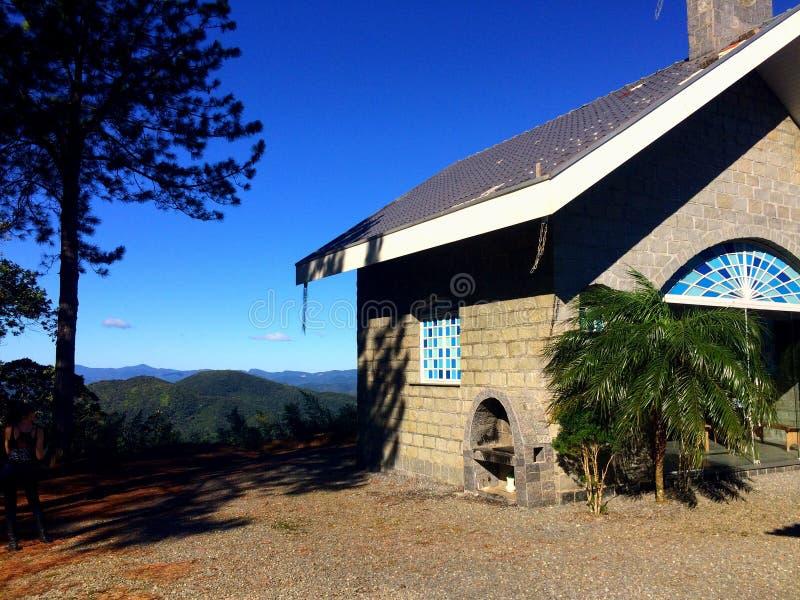 山的上面的一个教会 库存照片