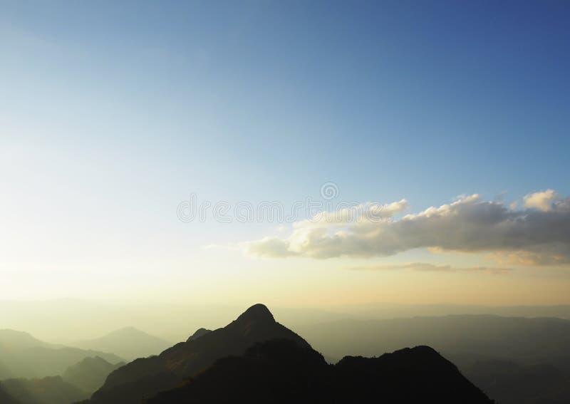 Download 从山的上面的日落在泰国 库存图片. 图片 包括有 天空, 森林, 聚会所, 日出, 早晨, 小山, 室外 - 72358495