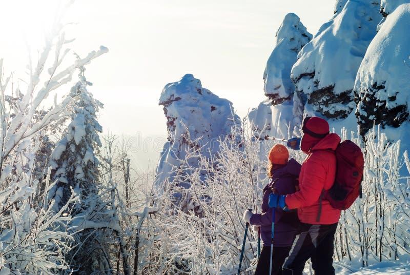 山的两个旅客在冬天 免版税图库摄影