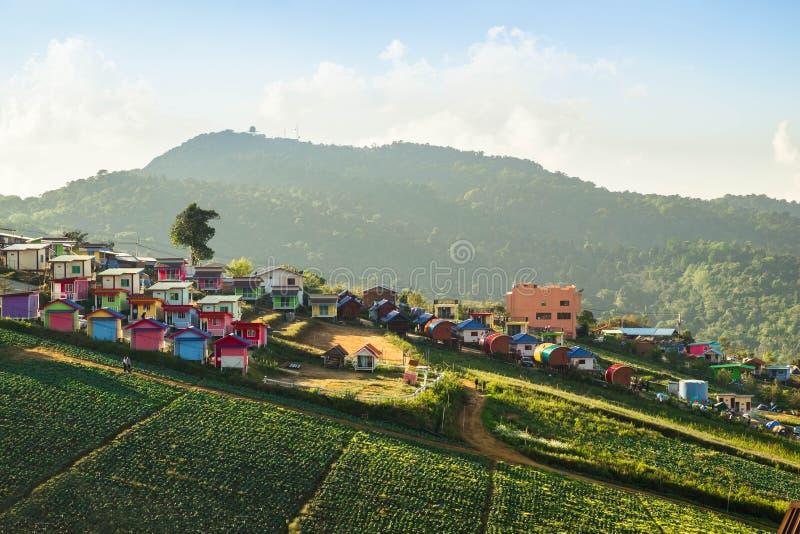 山的五颜六色的房子 免版税库存照片