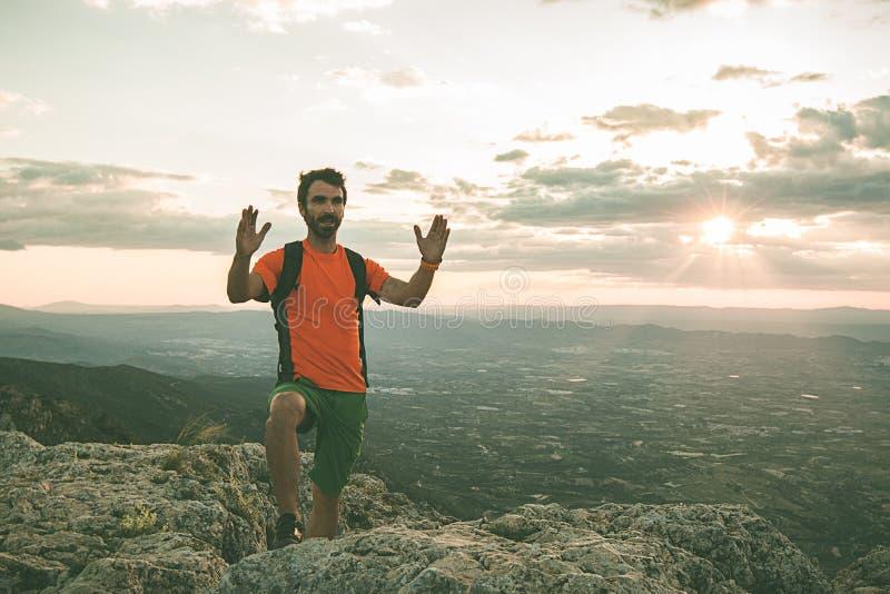 山的人指向往天空的 人实践的迁徙 库存照片