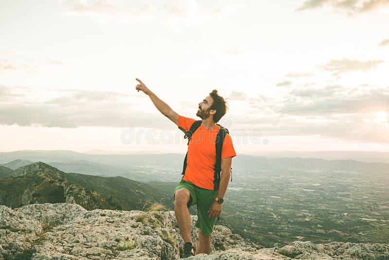 山的人指向往天空的 人实践的迁徙 免版税图库摄影