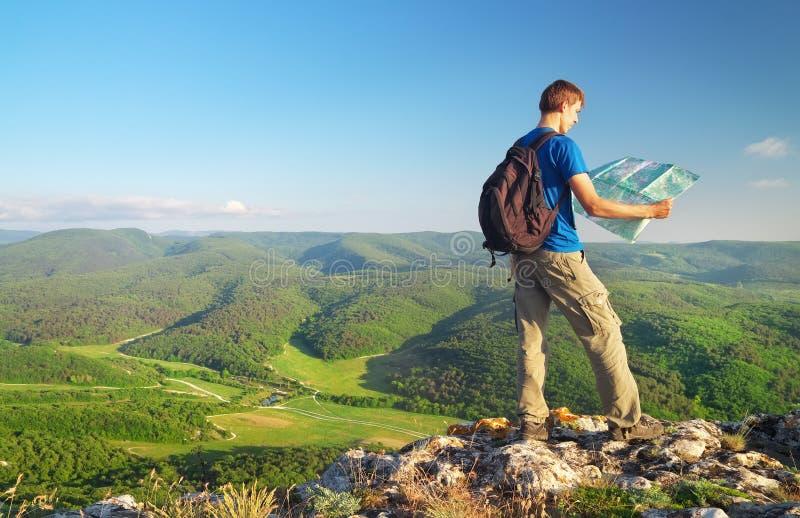 山的人游人读了地图 概念设计人山顶层 库存照片