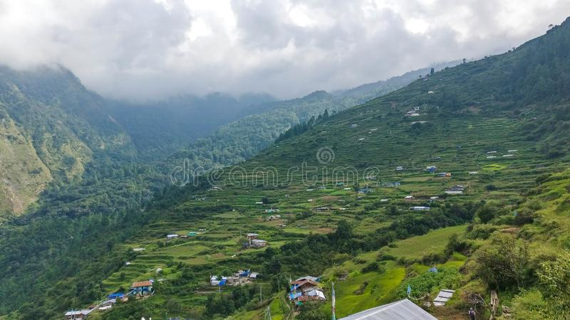山的传统尼泊尔村庄 库存图片