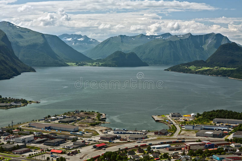 山的全景在Andalsnes附近的在挪威 免版税库存图片